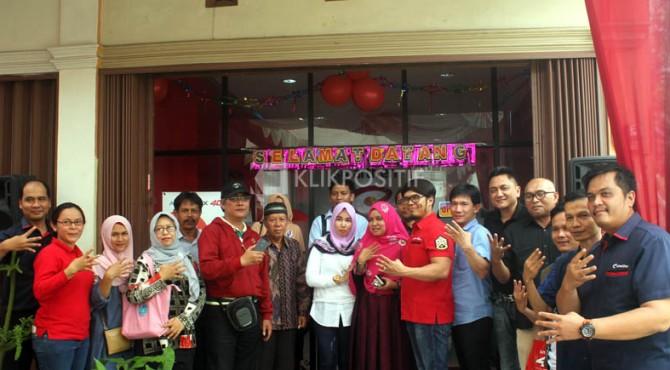 Pimpinan Smartfren foto bersama dengan sejumlah owner outlet di Smile Gallery JMS Bukittinggi