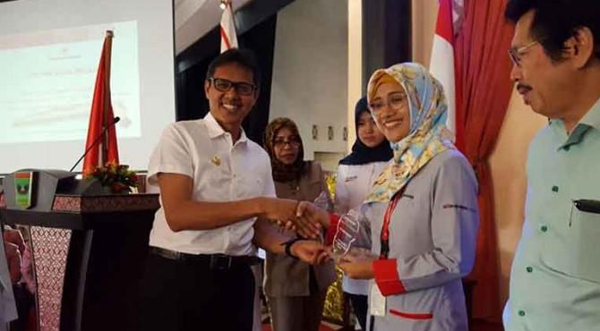 Gubernur Sumbar Irwan Prayitno menyerahkan penghargaan apresiasi kegiatan donor darah yang dilakukan oleh PT Semen Padang