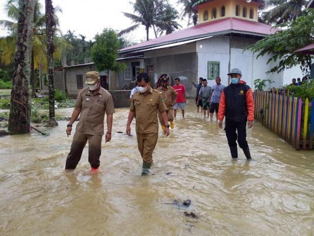 Pj Sekda Solsel Doni Rahmat Samulo didampingi Camat Sungai Pagu Rolly Almar meninjau banjir di Kampung tarandam