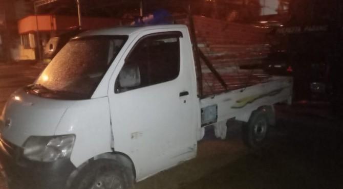Mobil pick up yang diduga digunakan mencuri besi