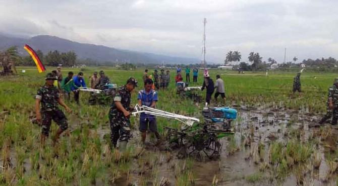 Wako H. Zul Elfian bersama Kasdim 0309 Solok Mayor (Inf) Supadi dan Kadis Pertanian Jefrizal mengoperasikan Mesin Bajak sebagai tanda pencanangan percepatan olah tanah dan tanam di Kota Solok.