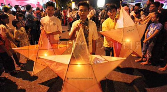 Pawai Obor dan Telong-telong di Padang.