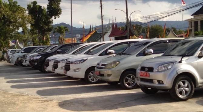 Mobil yang telah dikembalikan dan sudah dikandangkan di halaman parkir kantor DPRD Pasaman