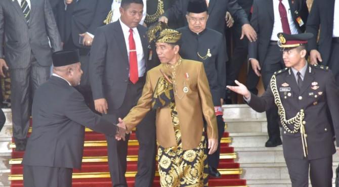 Presiden Jokowi meninggalkan Gedung Nusantara MPR/DPR/DPD RI, di Senayan, Jakarta, Jumat (16/8) siang, usai menyampaikan pidato kenegaraan.