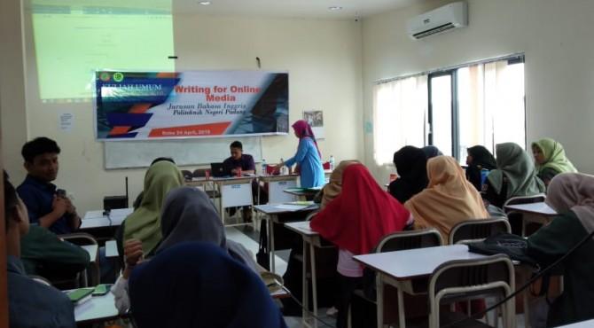 50 orang mahasiswa Jurusan Bahasa Inggris, Politeknik Negeri Padang, Sumatera Barat mengikuti kuliah umum dengan tema 'Writing for Online Media'