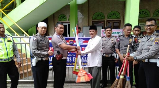 Penyerahan alat kebersihan untuk masjid