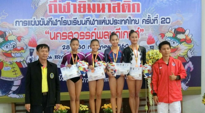 Regina Anand Zulda (kanan) berfoto bersama usai penyerahan medali pada kejuaraan Internasional Sports School Games 2017 di Sukothai-Thailand.