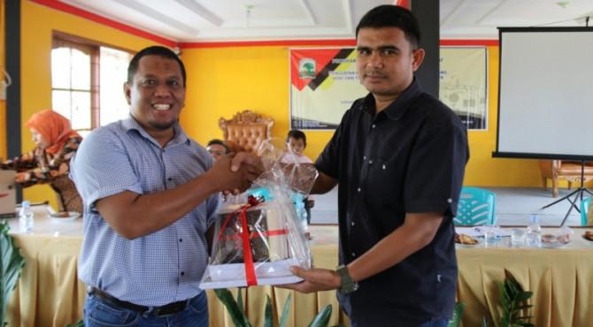 Ketua Jurusan Sastra Minangkabau FIB Unand Pramono menyerah bantuan buku untuk pustaka Nagari Sumaniak yang diterima langsung oleh Seknag Sumaniak Leo Rivaldi