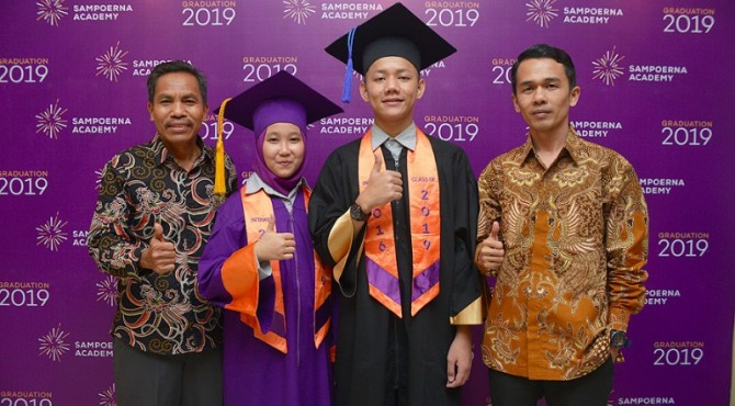 Kevin Gusriadi dan  Uci Tri Ayunda, diabadikan bersama staf CSR Semen Padang, acar Graduation 2019 di Jakarta, Sabtu (25/5).