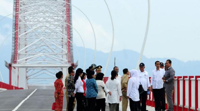 Presiden Jokowi bersama rombongan melihat kondisi jembatan terpanjang kedua di Indonesia yang ada di Kalbar. Jembatan yang diberi nama Pak Kasih itu, dulunya adalah Jembatan Tayan Kapuas.