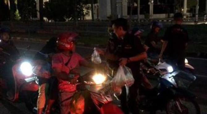 Tiga komunitas otomotif di Padang menggelar aksi bagi-bagi takjil di depam Masjid Raya Sumbar.