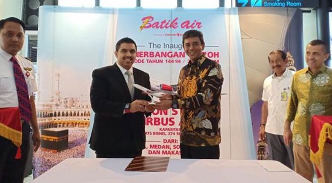 Pemberian cinderamata dilakukan oleh Direktur Niaga Batik Air, Achmad Hasan kepada Presiden Direktur Dream Group, Muhammad Umar Bakadam bertempat di Bandar Udara Internasional Soekarno-Hatta, Tangerang