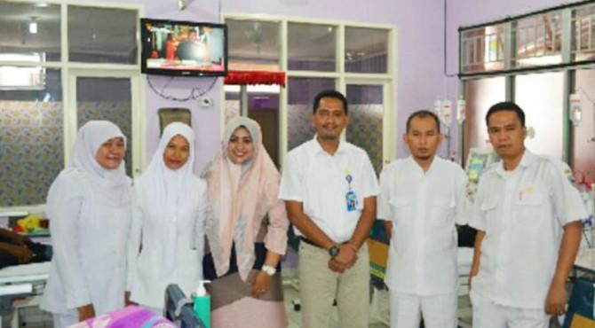 Kepala Instalasi Hemodialisa, dr. Ardian, SpPD bersama dokter ruangan, dr. Dona Hamrita dan Petugas di Ruangan Hemodialisa
