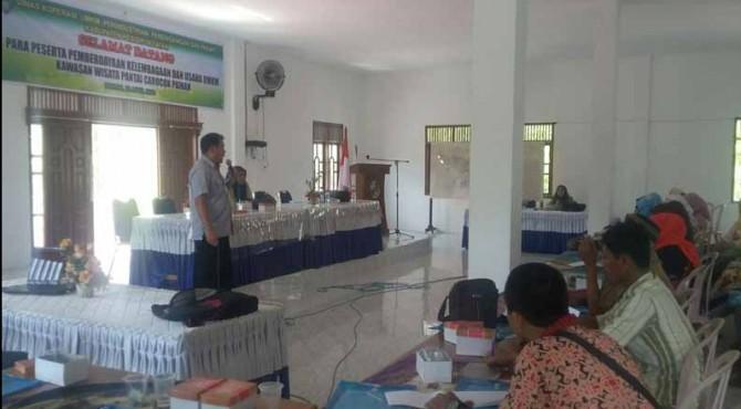Kepala Bidang Pemberdayaan Ekonomi CSR PT Semen Padang, Syafrianto Rusli mensosialisasikan program CSR kepada puluhan pelaku UMKM di Pantai Carocok