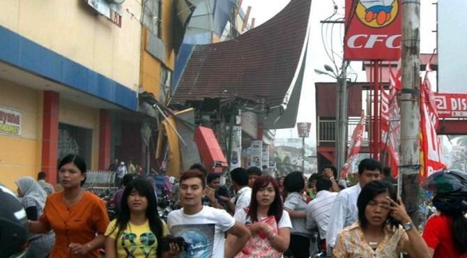Kepanikan warga di Kota Padang sesaat setelah terjadinya gempa pada 30 September 2009 yang lalu