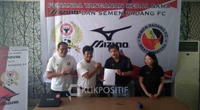 Representative Mizuno Indonesia, Ricky Yakobi bersama Dirum PT KSSP, Rinold Thamrin dan Dirtek, Iskandar Z Lubis saat MoU apparel Mizuno.