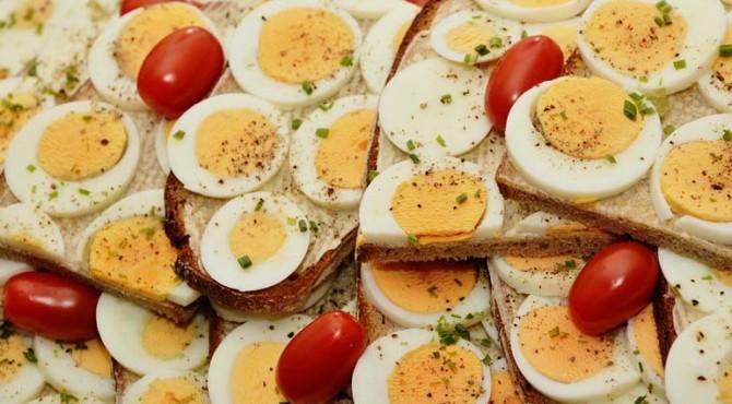 kolesterol dalam telur, ketika dikonsumsi dalam jumlah besar, berpengaruh pada efek kesehatan yang buruk