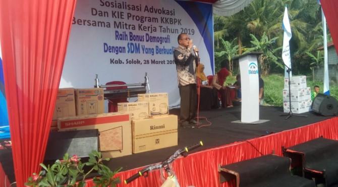 Anggota Komisi IX DPR, Suir Syan saat menjadi pemateri pada sosialisasi yang digelar BKKBN di Bukit Sundi, Kabupaten Solok.