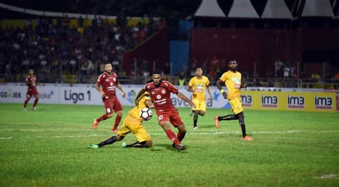 Vendry Mofu saat mengejar bola saat melawan Sriwijaya FC di laga perdana lalu.