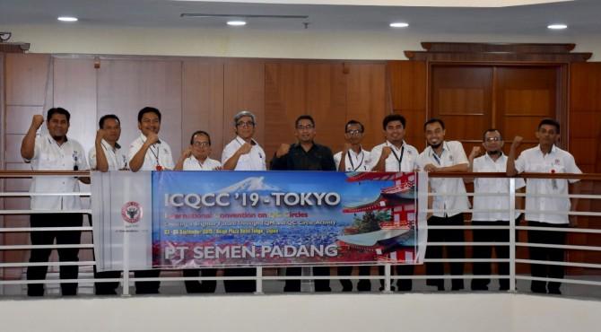 Dirut PT Semen Padang Yosviandri (baju hitam) bersama Direktur Operasional Firdaus (lima dari kiri) foto bersama dengan rombongan Tim Extrill PT Semen Padang usai acara pelepasan Tim Extril yang akan mengikuti ajang inovasi ICQCC tahun 2019 di Jepang.