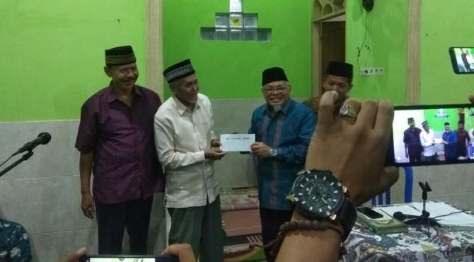 Wakil Wali Kota Sawahlunto Zohirin Sayuti Menyerahkan Bantuan TSR Kota Sawahlunto Kepada Pengurus Musala Al Munawwarah
