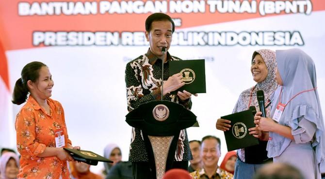 Presiden Joko Widodo saat saat menghadiri penyerahan Bantuan Sosial Program Keluarga Harapan (PKH) di Depok