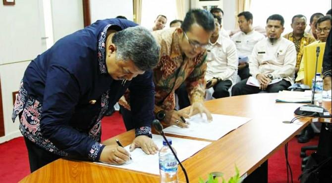 Jalin Kerjasama, Wako Solok Zul Elfian dan Kajari Solok Donny Haryono Setiawan menandatangani MoU