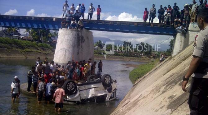 Suasana mobil Fortuner yang jatuh ke dalam banjir kanal.