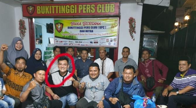 Pradipta Putra Pratama (lingkaran merah) foto bersama dengan sejumlah para awak media