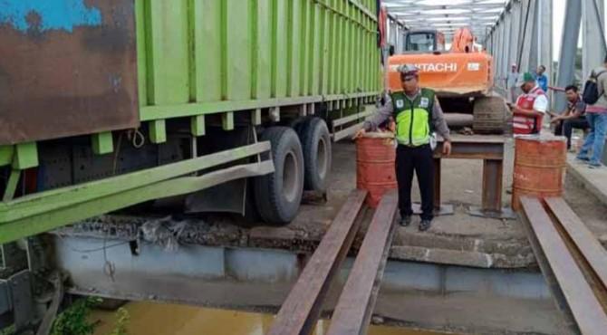 Truk terakhir yang membuat jembatan di perbatasan Lampung-Sumsel berhasil di evakuasi