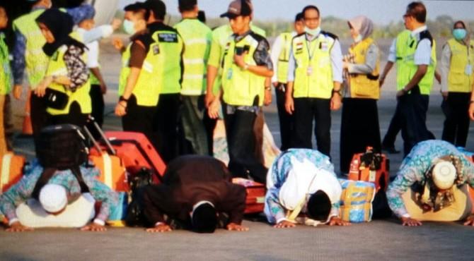 Para jemaah haji melakukan sujud syukur ketika tiba di Indonesia