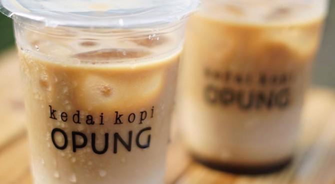 Kedai Kopi Opung dan Opung Waffle  di jalan rokan no 6 GOR H agus salim, Rimbo Kaluang, Padang Barat, Kota Padang.