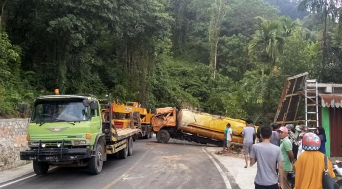 Evakuasi truk yang masuk dalam jurang