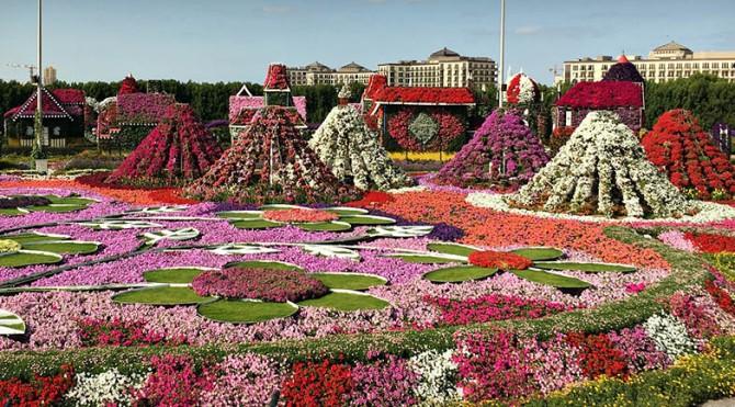 Taman bunga alami terbesar di dunia dengan daya tarik seluas 72.000 meter persegi dengan 60 juta bunga yang dipamerkan.