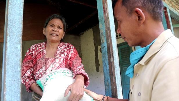 Ketua Yayasan, Dedi Salim saat berikan beras zakat kepada warga di Padang Pariaman