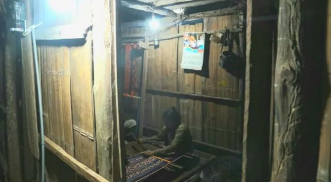 Pengrajin kain tenun tradisional Honarunese (36), warga Kelurahan Sonraen, Kabupaten Kupang, Nusa Tenggara TImur (NTT)