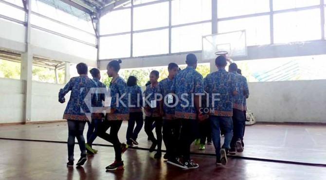 Siswa SMN asal Papua tampikan tari Yospan di SMA N 1 Padang