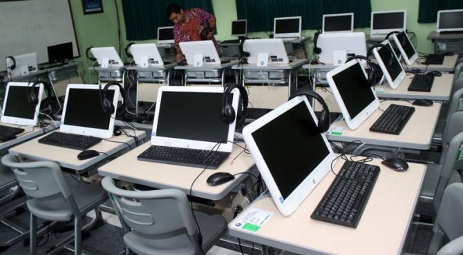 UN | Petugas ujian nasional memeriksa perangkat komputer jelang pelaksanaan Ujian Nasional Berbasis Komputer (UNBK) di SMA Negeri 2 Bekasi, Jawa Barat, Jumat (1/4).