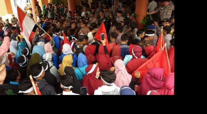 Demo mahasiswa di Kantor DPRD Sumbar, Jumat (27/09/2019)