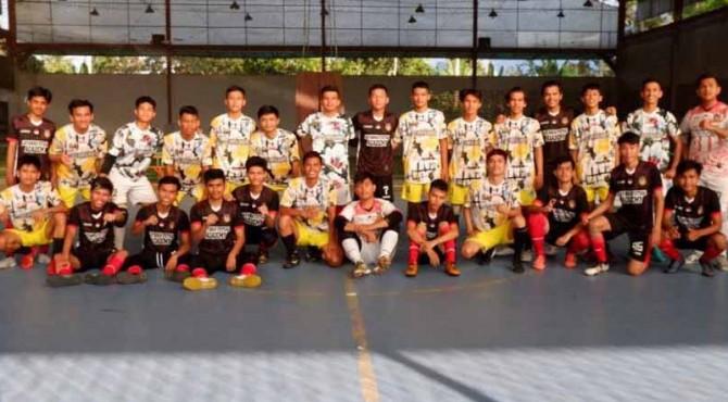 Tim Futsal 50 Kota dan Tim Futsal Latansa Pekanbaru usai lakoni laga ujicoba di Lapangan Futsal Champion Tiakar.