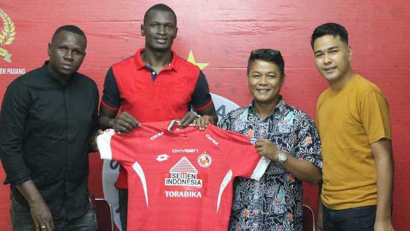 CEO Semen Padang FC Rinold Thamrin dan Plt Manajer Ibrahim Iskandar usai penandatanganan kontrak Danny.