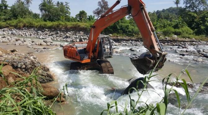 Excavator yang diturunkan Semen Padang ke Bendungan Kapalo Banda masih bekerja untuk memperbaiki bendungan yang rusak akibat deras dan tingginya arus sungai beberala waktu lalu