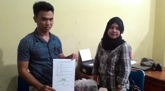 KBO Resrkrim Polres Pessel, Ipda deni Juniansyah bersama Sekretaris CV Minang Jaya, Yosiana Dirma beserta bukti di Mapolres Pessel