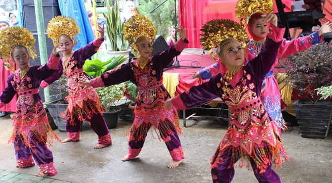 Penampilan tari SD Semen Padang