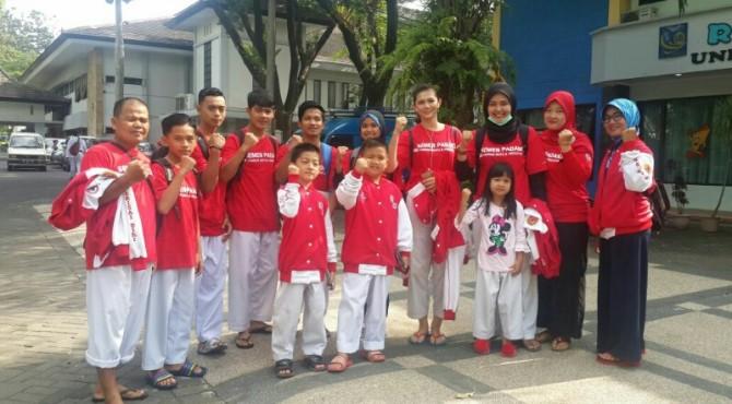 Atlet Kelatnas Perisai Diri binaan FKKSP foto bersama di pelantaran parkir Universitas Brawijaya, Malang.