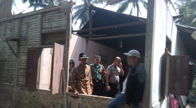 Wali Nagari Kotobaru, Afrizal K bersama aparat Bhabinkamtibmas dan Babinsa meninjau lokasi rumah korban.