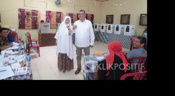 Riza Falepi usai memberikan hak pilihnya di TPS 006 RT 001/ RW 003 Kelurahan Kapalo Koto Dibalai, Kecamatan Payakumbuh Utara.