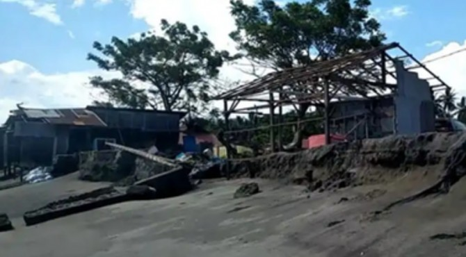 Kondisi rumah warga akibat abrasi