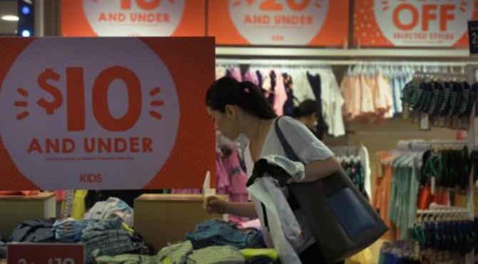 Warga Singapura menghabiskan lebih sedikit pengeluaran untuk keperluan pakaian dan sepatu mereka dibandingkan dengan lima tahun lalu. Hal itu diungkapkan dalam sebuah survei pemerintah baru- baru ini.