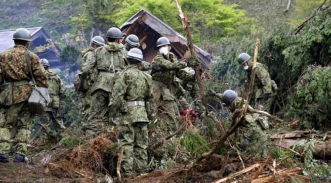 Tentara Jepang melakukan penyelamatan korban jiwa pascagempa